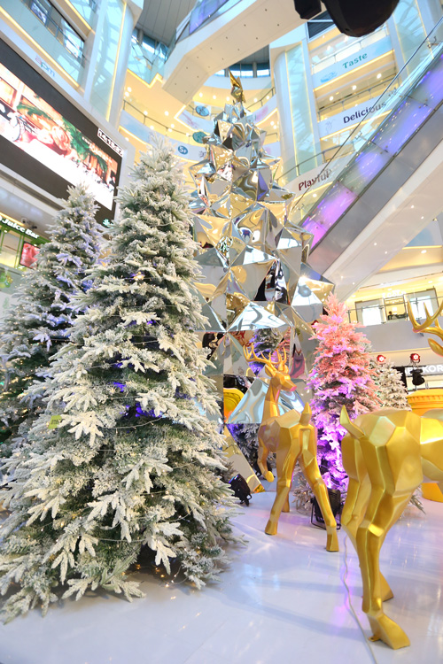 Festive Magic: Kaz Shirane tree installations for Beijing APM Mall