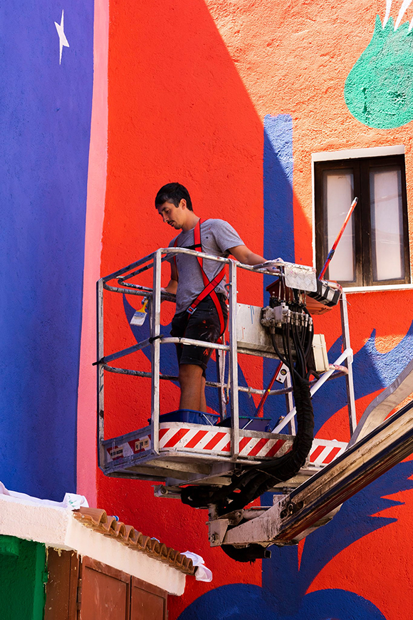 Agostino Iacurci signs a new colourful mural in Italy for Borgo Universo Festival